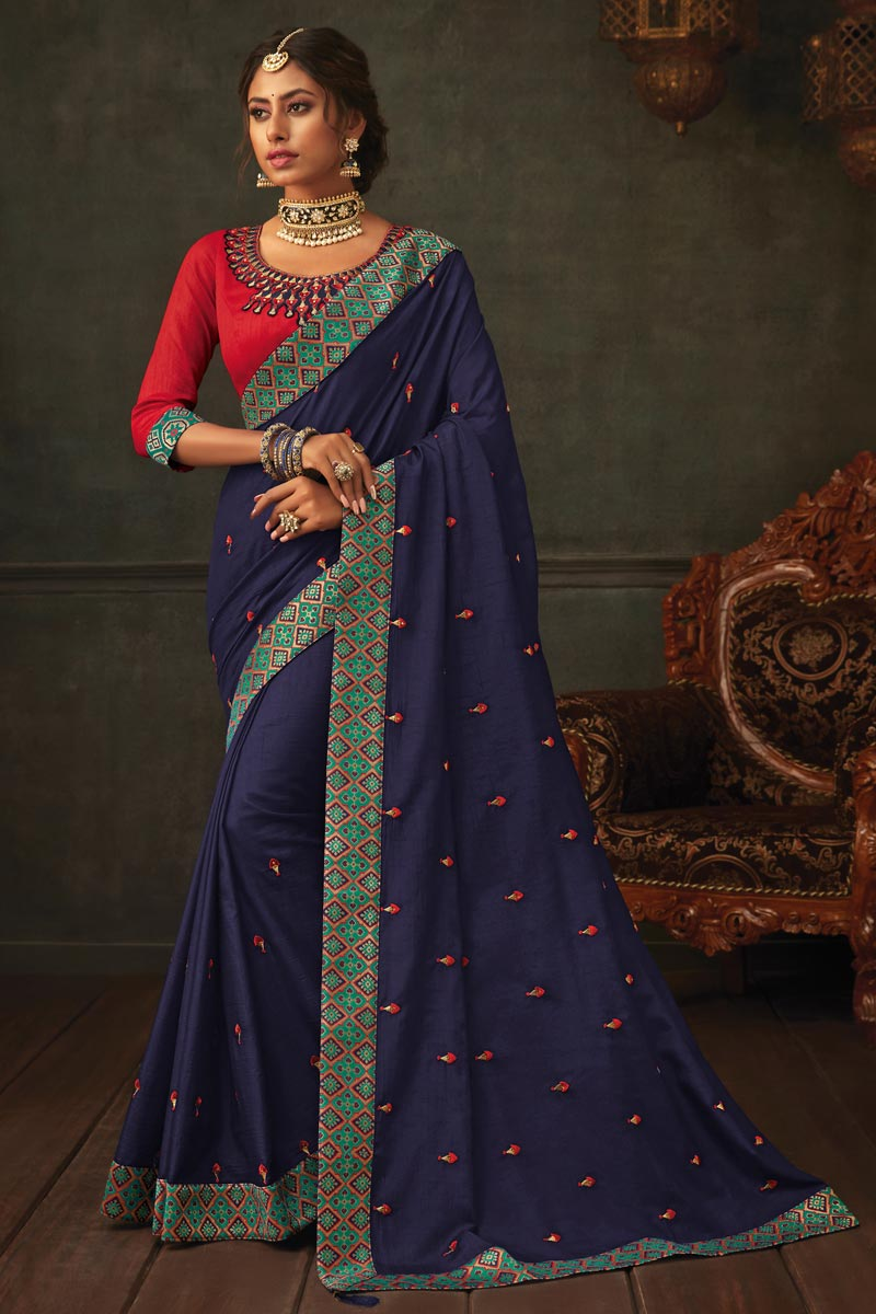 Border Work Designs On Art Silk Fabric Function Wear Saree In Navy Blue Color With Classic Blouse